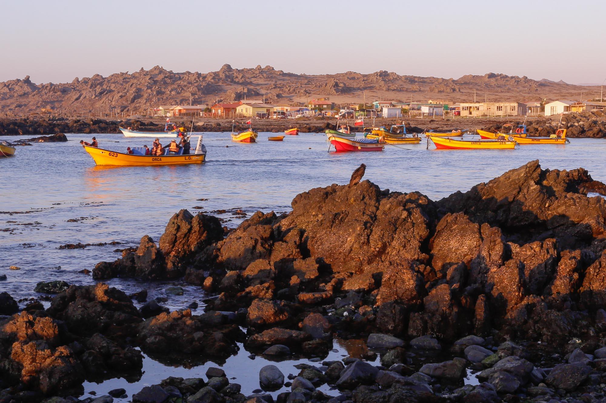 Un barco sale el Puerto de Chanaral de Acietuno