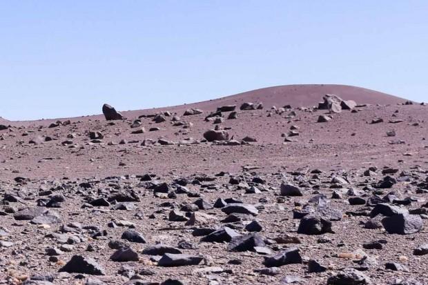 Pudimos encontrar solamente rocas y piedras en el desierto absolute.